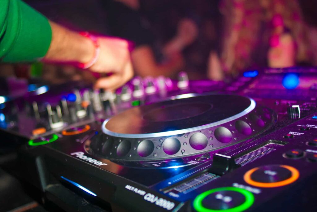 how much does a wedding dj cost